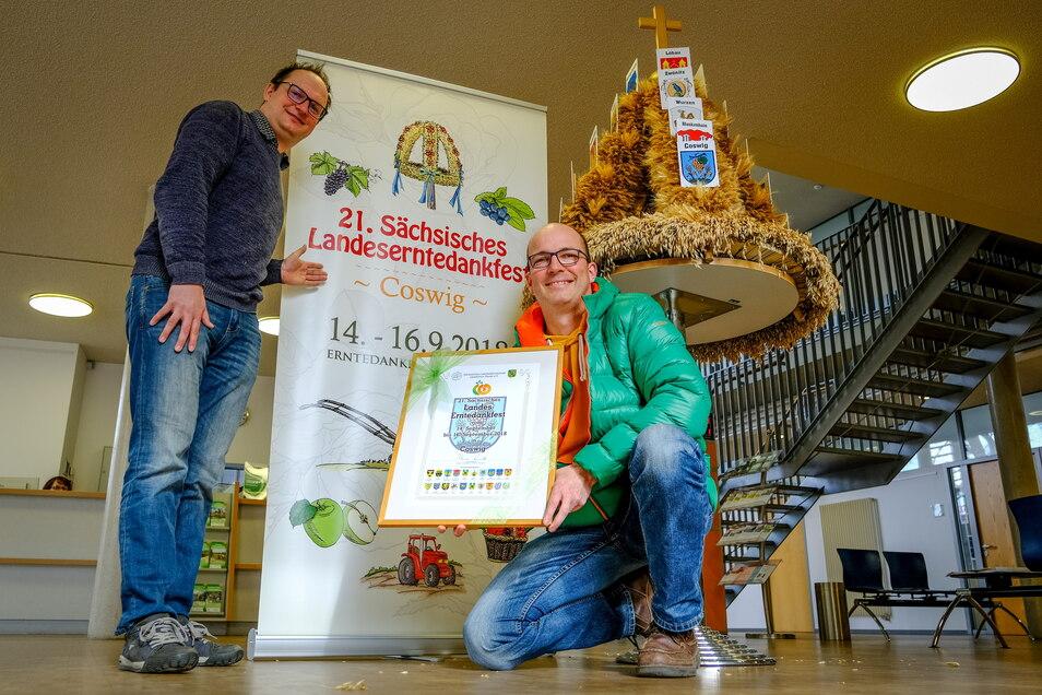 Torsten Schröder (rechts), hier mit Börse-Chef Thomas Kretschmer beim Erntedankfest, kümmert sich um das Marketing für die Stadt. Jetzt hat er das Kneipenspektakel organisiert.