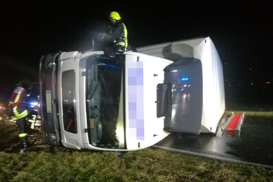 Sturm Sabine fegte am Morgen diesen Lkw-Sattelauflieger auf der B 169 zwischen Neudorf und Zeithain um. Die Feuerwehr konnte den Fahrer befreien.
