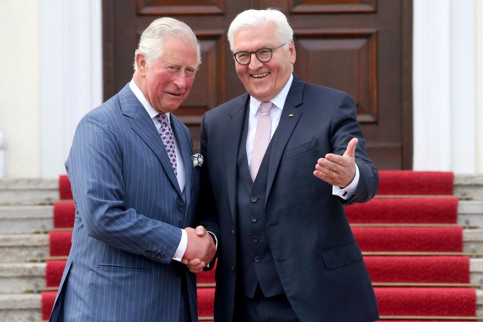 Prinz Charles (l) wird von Bundespräsident Frank-Walter Steinmeier im Schloss Bellevue empfangen.
