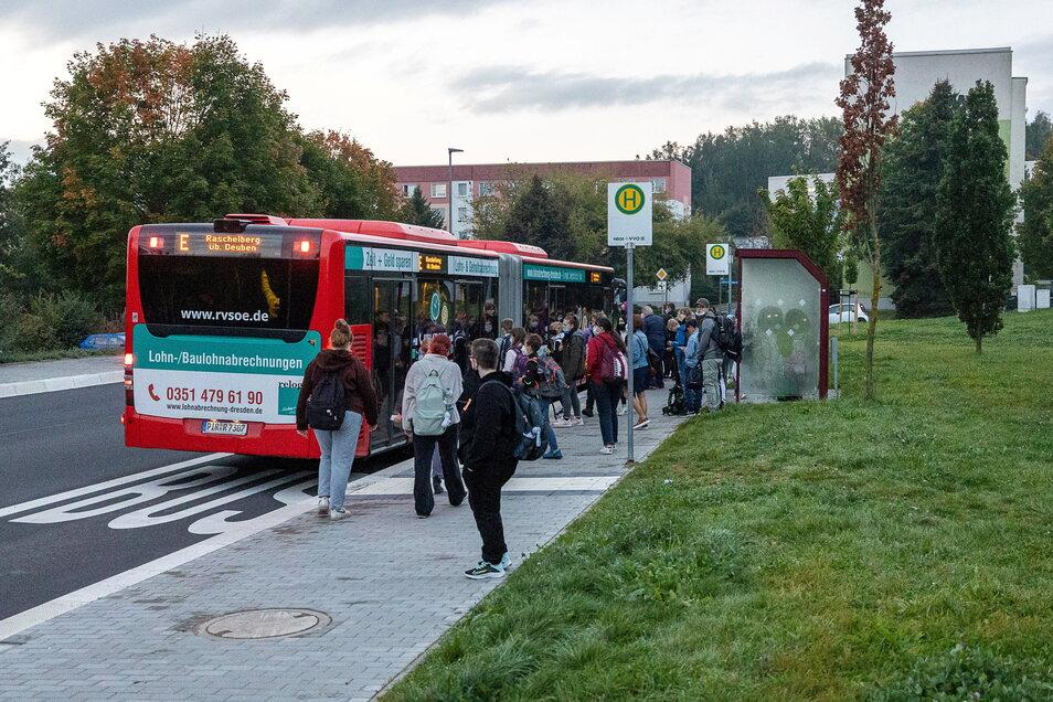 Volle Schulbusse und Gedränge wie hier in Zauckerode gehören zum Alltag pendelnder Schüler.