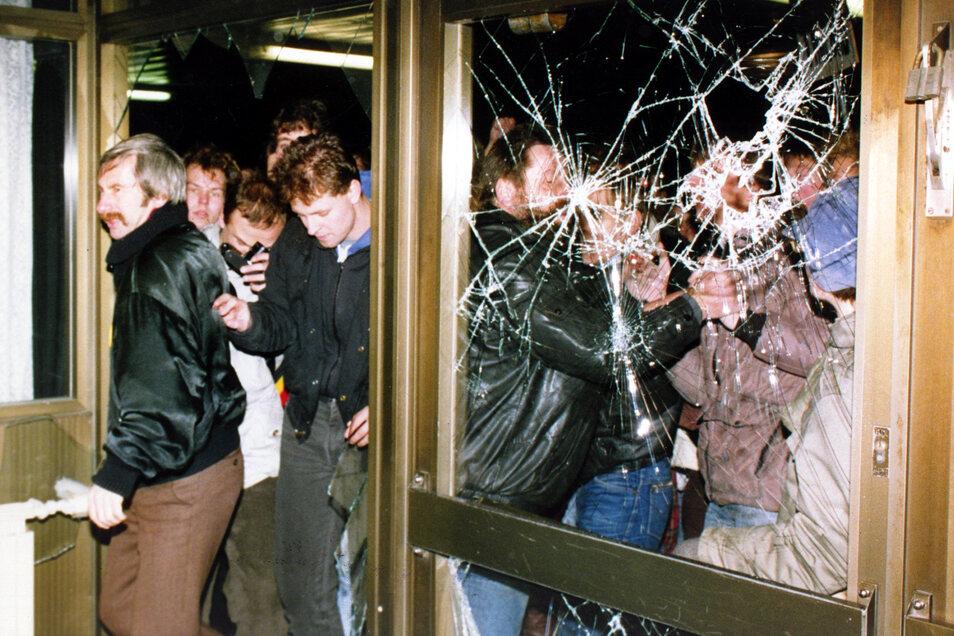 Demonstranten stürmen am 15. Januar 1990 in die Stasi-Zentrale in Berlin.
