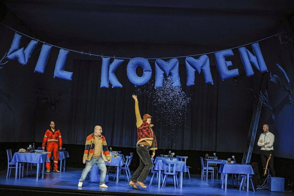 """Vier Männer ohne """"Anschluss"""": Sven Hönig. Moritz Dürr, Holger Hübner und Philipp Lux (v.l.) spielen in dem Stück von Jaroslav Rudis, das in Dresden uraufgeführt wurde."""