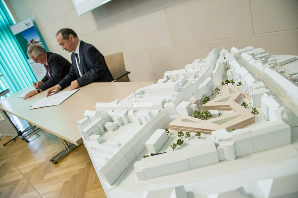 Landrat Bernd Lange und der Görlitzer Oberbürgermeister Octavian Ursu im Juli bei der Vertragsunterzeichnung zur Erweiterung des Landratsamtes in Görlitz: Im Vordergrund ein Modell des Komplexes.