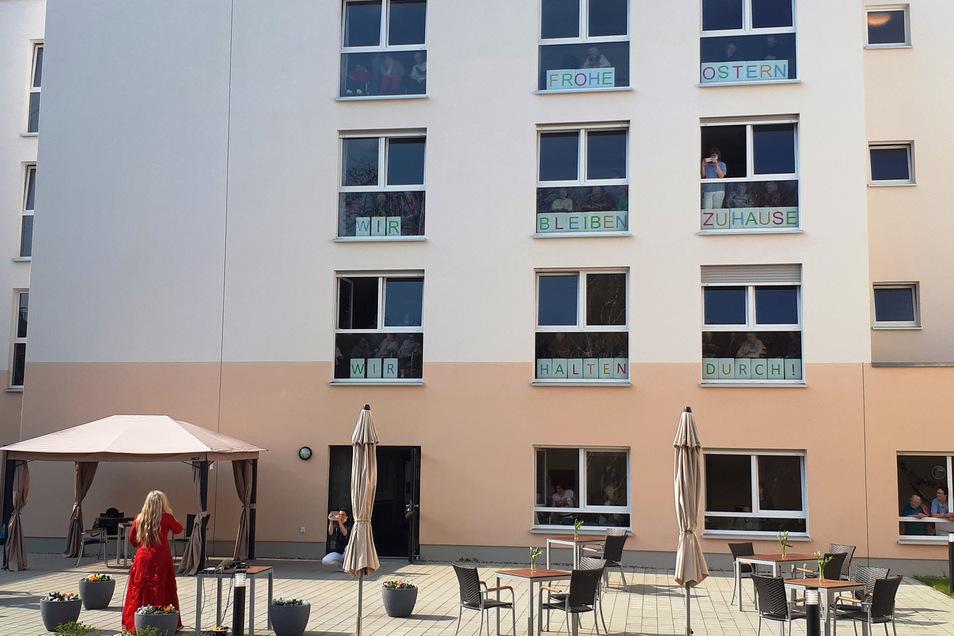 Aus den offenen Fenstern lauschten die Bewohner der Geigerin im Innenhof.