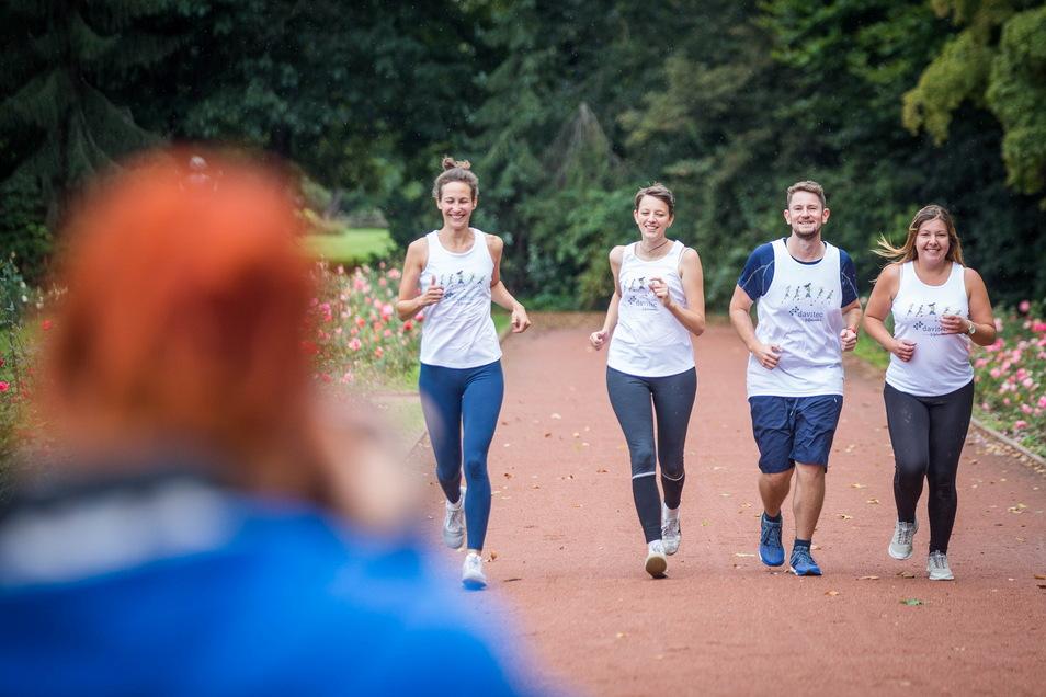 Sonja, Anne, Martin und Lisa bilden gemeinsam mit Fotografin Kerstin ein Team bei der anstehenden Rewe-Team-Challenge. Die Promo-Fotos dafür entstehen im Rosengarten.