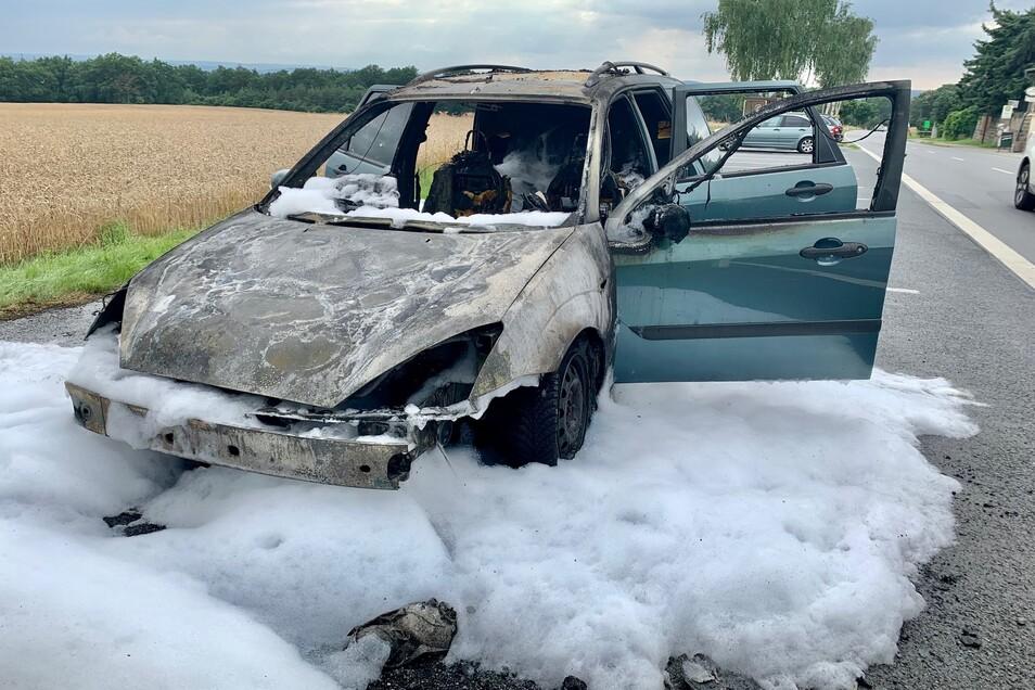 Totalschaden: Der Ford brannte komplett aus. Der Fahrer blieb unverletzt.