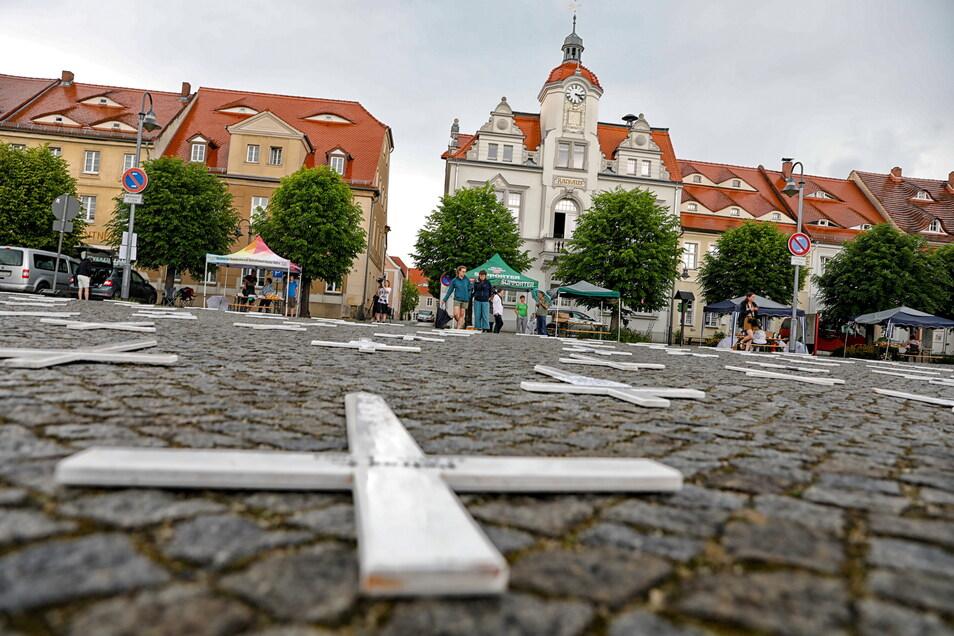 Mit diesen Kreuzen haben die Ostritzer im vergangenen Jahr bei einem ihrer Friedensfeste auf dem Markt ihrer Stadt vor dem Rathaus an Opfer rechter Gewalt erinnert.