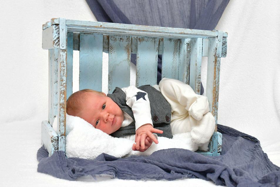 Helge, geboren am 9. Juli, Geburtsort: Städtisches Klinikum Dresden, Gewicht: 3.540 Gramm, Größe: 49 Zentimeter, Eltern: Jenny und Martin, Wohnort: Dresden