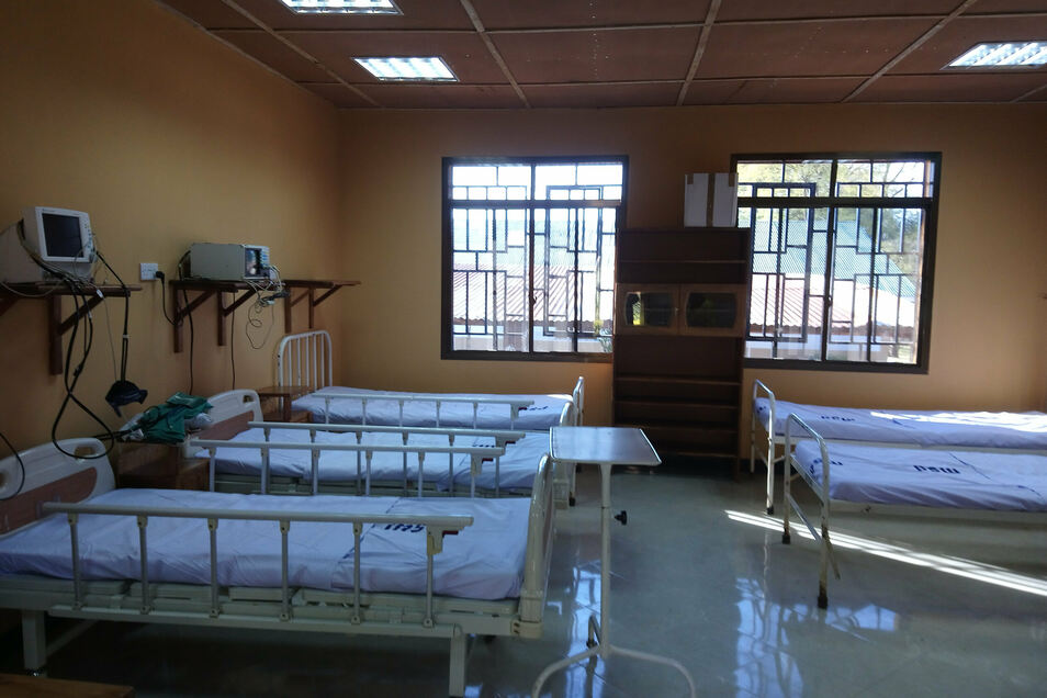Für Jens Marcus Albrecht der bisher größte Erfolg im Krankenhaus von Mbozi: Die erst im Juni neueröffnete Intensivstation mit fünf Betten. Mit deutscher Hilfe ist dieses kleine Wunder erst möglich geworden. Dazu wurde im Krankenhaus umgebaut.