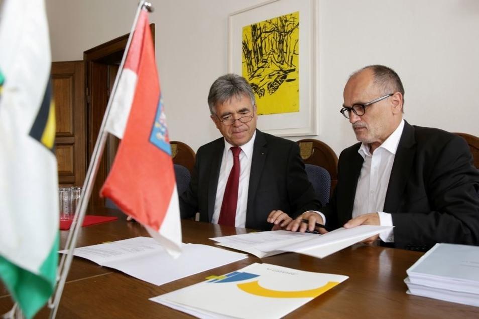 Landrat Michael Harig (CDU) und der Kamenzer OB Roland Dantz (parteilos)  bei der Vertragsunterzeichnung.