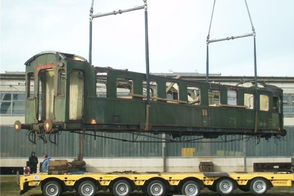 Dieser Schnellzugwagen soll restauriert werden. Dafür wurde er nach Ostritz bei Zittau transportiert.