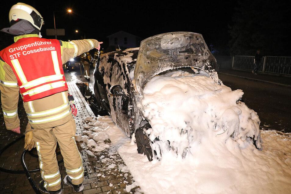 Mit Wasser und Schaum erstickte die Feuerwehr die Flammen im Motorraum dieses Autos.