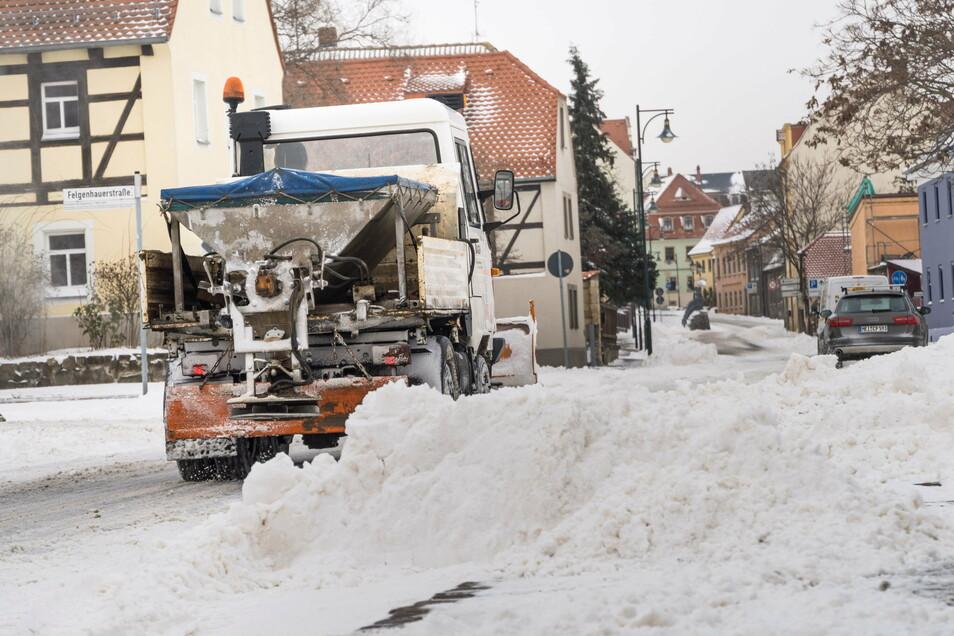 Ein Fahrzeug der AGV Anfang Februar auf der Meißner Straße. Einen Wintereinbruch wie zuletzt, habe es jetzt zehn Jahre lang nicht gegeben, so das Unternehmen.