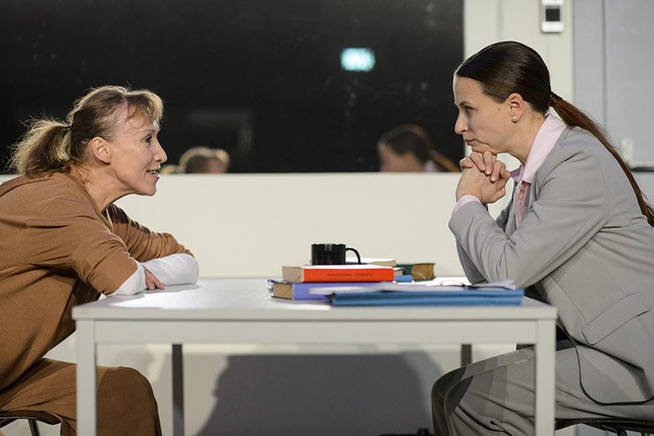 """""""Die Anarchistin"""" mit Sabine Krug (links) und Renate Schneider am Gerhart-Hauptmann-Theater Zittau,"""
