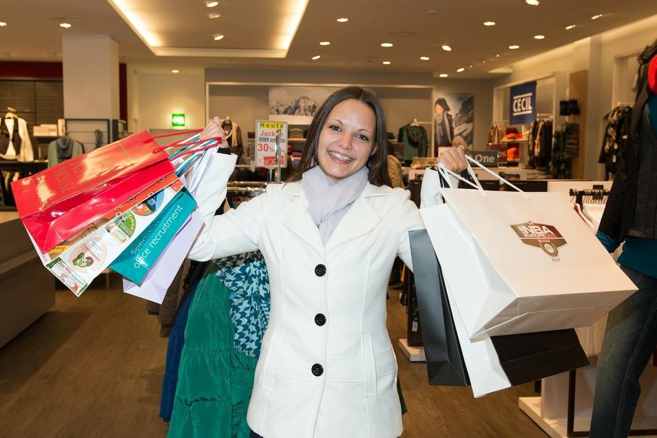 Diese junge, vollbepackte Dame macht es vor - Click-and-Collect ist die aktuell beste Shopping-Lösung.