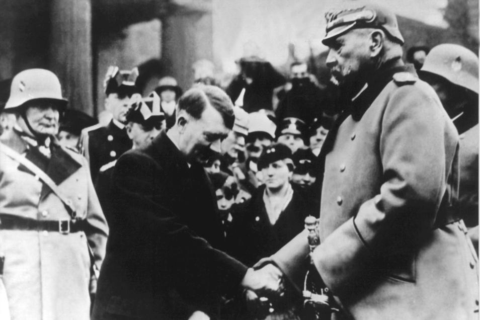 """Das Foto zeigt die Begrüßung Hindenburgs durch den Reichskanzler Adolf Hitler am """"Heldengedenktag"""" vor der Neuen Wache, Unter den Linden."""