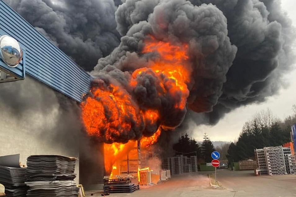 Flammen schlagen aus der Produktionshalle der Firma Grupo Antolin.