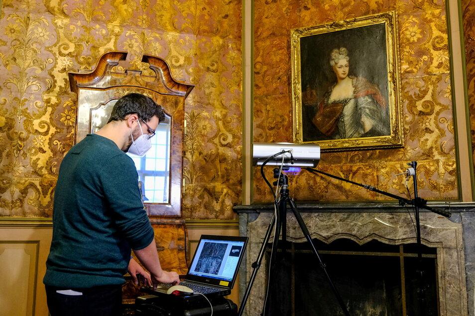 Auf Schloss Moritzburg wird untersucht, welche Auswirkungen die sinkende Luftfeuchtigkeit auf die kostbare Ledertapete hat. Deutschlandweit ist es das erste Forschungsprojekt zum Thema Trockenheit.