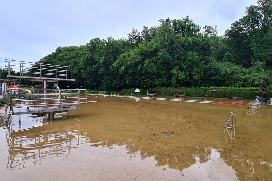 Verschlammt ist auch das Wasser im Schwimmbad im Löhnbachtal nach einem schweren Gewitter.