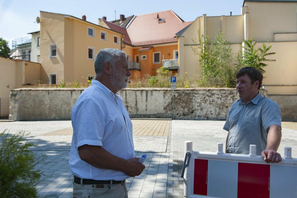 An der Stadtmauer freuen sich Tilo Hönicke und Oberbürgermeister Sven Mißbach, demnächst 17 neue Parkplätze und zwei Ladesäulen für Elektro-Pkw bereitstellen zu können.