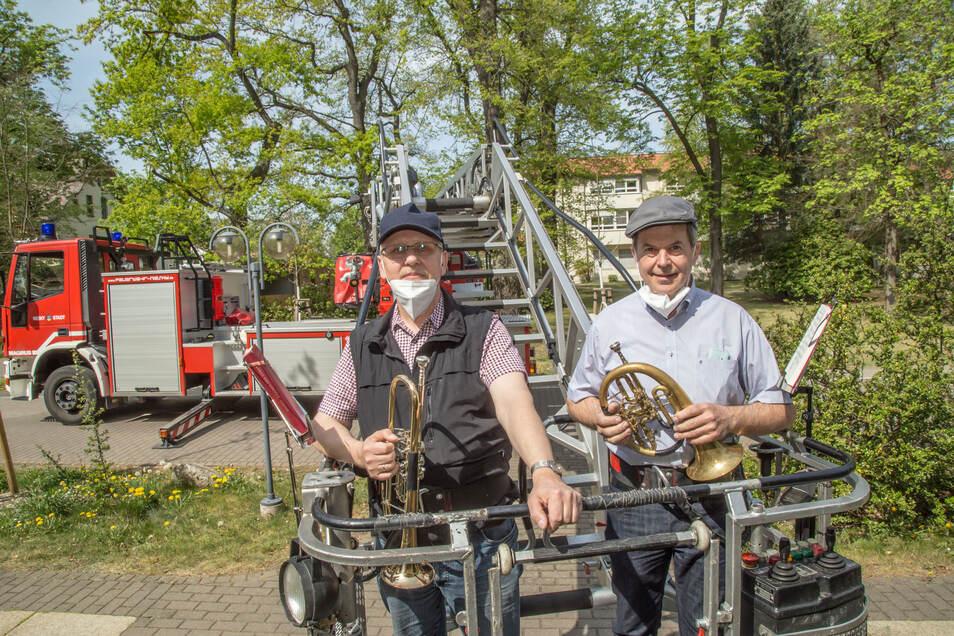 Imanuel Vollprecht, links, und Thomas Burghard vom Bläserchor Niesky zeigen sich schwindelfrei. Mit der Drehleiter ging es vor der Hausfassade nach oben.