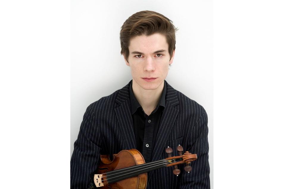 """Lukas Stepp spielt seit seinem fünften Lebensjahr Geige, hat in Berlin und New York studiert und ist nun, mit Anfang 30, bereits Konzertmeister der Sächsischen Staatskapelle. Er selbst bezeichnet sich als """"begeisterten Konzert- und Operngänger""""."""
