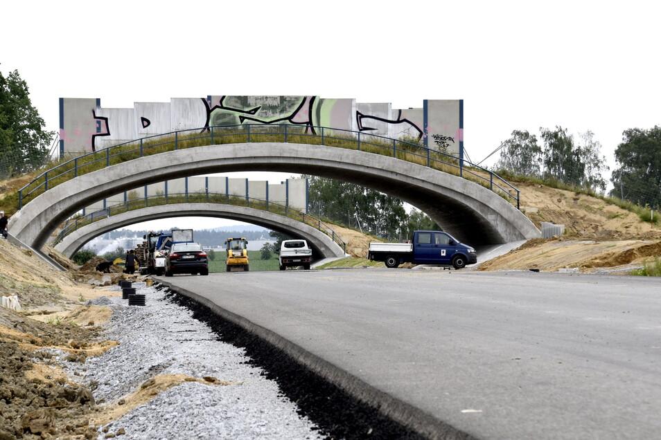 Der Asphalt ist verlegt, die Brücken stehen. Einige Wände wurden schon vor der Inbetriebnahme der Straße mit Graffiti beschmiert.
