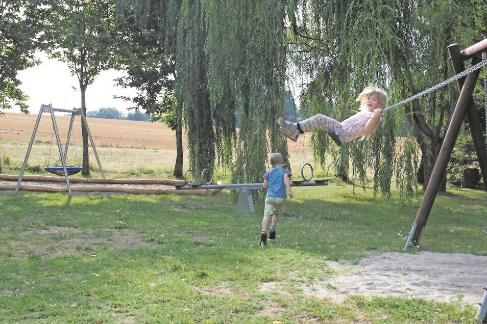 Seit der Spielplatz in Knobelsdorf umgebaut wurde, kommen der siebenjährige Damian und seine fünfjährige Schwester Alina noch viel lieber zum Spielen vorbei.