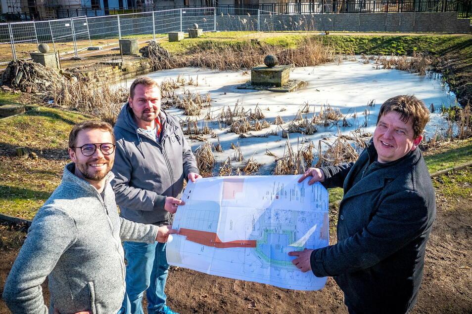 Axel Nixdorf und Peter Schneider von der Baufirma TKRS Mittelsachsen sowie Bürgermeister Ronald Kunze (parteilos, von links) freuen sich auf die Erneuerung und Verschönerung des Harthaer Stadtparks in den kommenden Wochen.