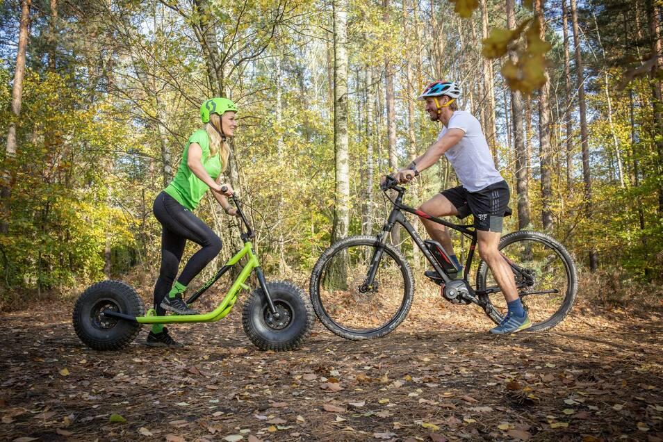 Auf den Monsterrollern und E-Bikes geht es rund um den Valtenberg auf Entdeckungstour.