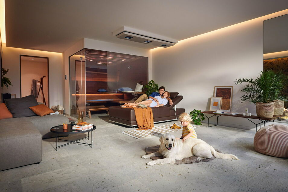 Sauna mit Ein- und Ausblick: das Modell Aurora von Klafs.