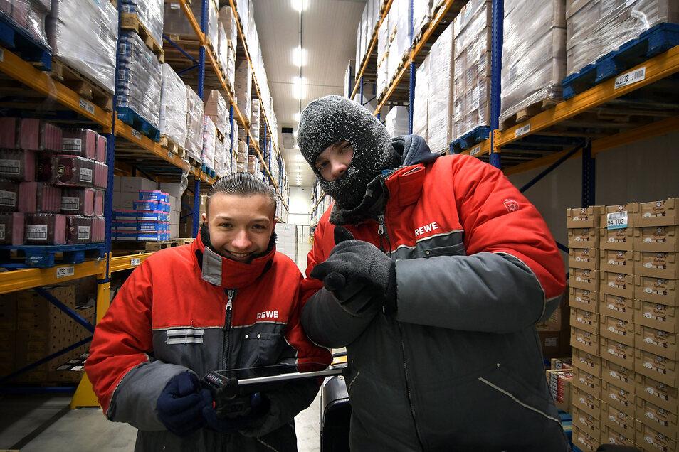 Florian (links) und Johannes sind für die Waren im Tiefkühlbereich zuständig. Dort herrschen bis zu minus 24 Grad Celsius. Länger als zwei Stunden dürfen die angehenden Lageristen sich nicht in dem Bereich aufhalten.