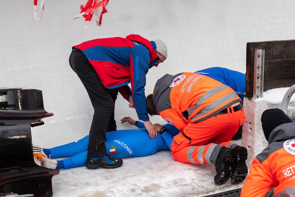 Die italienische Pilotin Tania Vicenzino wird nach dem Sturz von Sanitätern versorgt. Inzwischen gibt es Entwarnung.