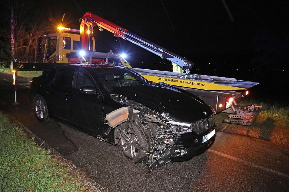 Der Fahrer dieses Autos ignorierte eine Polizeikontrolle und flüchtete. Er fuhr auf dem Kleinzschachwitzer Ufer gegen einen Lampenmast.