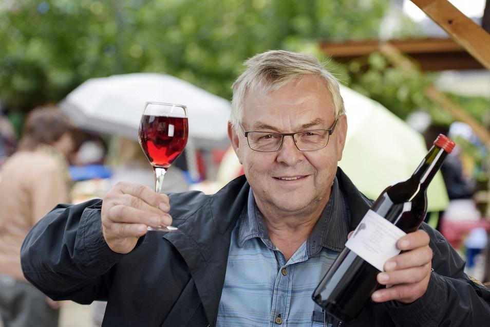 Gunther Weber vom Döbelner Weinbauverein hatte vor zwei Jahren zum ersten Mal eigenen Wein aus Meißen ausgeschenkt. Der 2018er, den er dieses Mal anbietet, ist ein besonders guter Jahrgang.