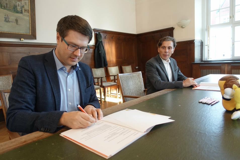 Döbelns Oberbürgermeister Sven Liebhauser (links) und Gunnar Fehnle, Geschäftsführer der Stadtwerke Döbeln, haben einen Sponsoringvertrag über 20.000 Euro für das Heimatfest 2021 unterschrieben.