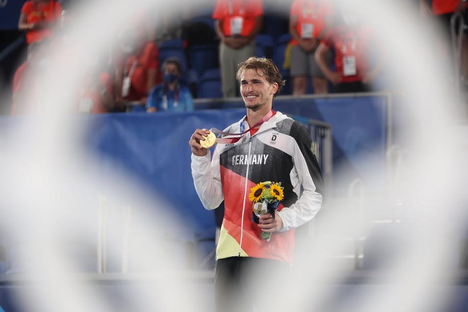 """Olympiasieger Alexander Zverev – für ihn hört sich das noch unwirklich an. """"Diese Medaille gehört ganz Deutschland"""", sagt er danach."""