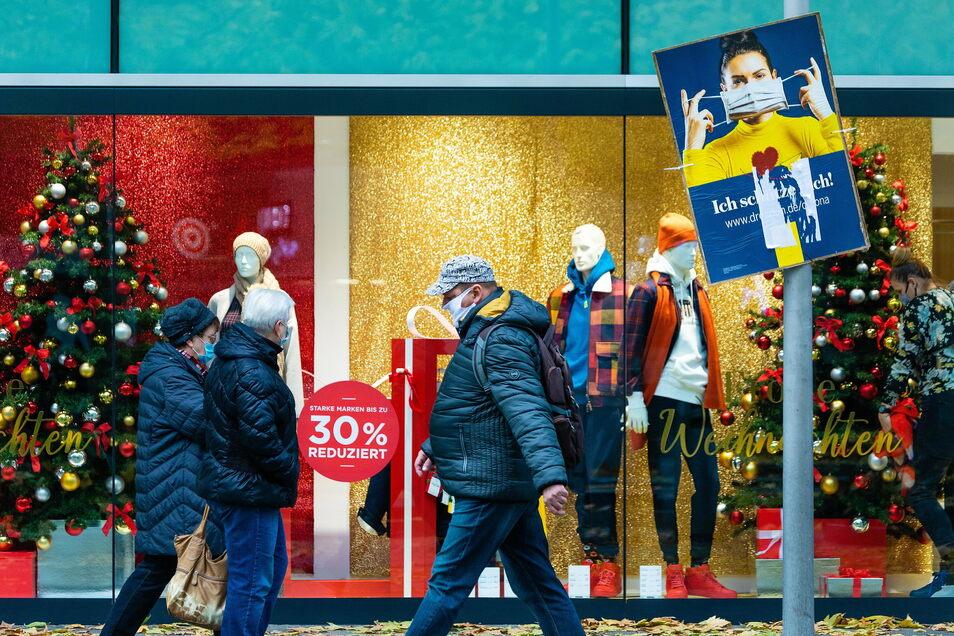 Die meisten Menschen halten sich an die Maskenpflicht, die in Läden sowie Einkaufsstraßen gilt. Immer häufiger jedoch wird ein zweifelhaftes Attest gezückt, das angeblich von der Pflicht befreit.