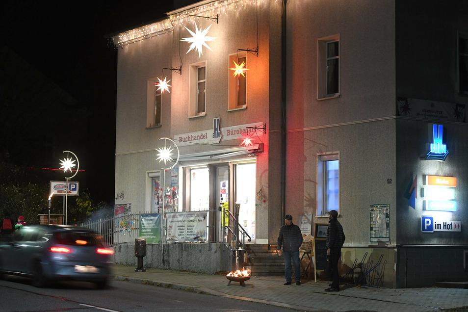 Festlich geschmückt mit Herrnhuter Sternen die Buchhandlung an der Hauptstraße.