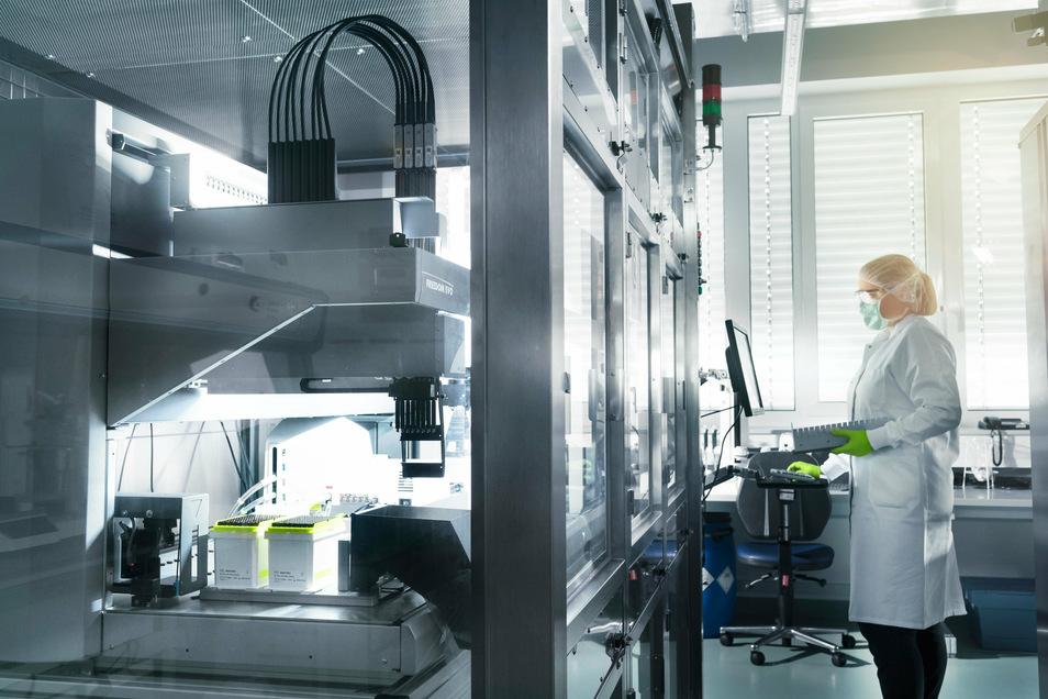 Eine Mitarbeiterin von Biontech steht im Mainzer Labor des Unternehmens.