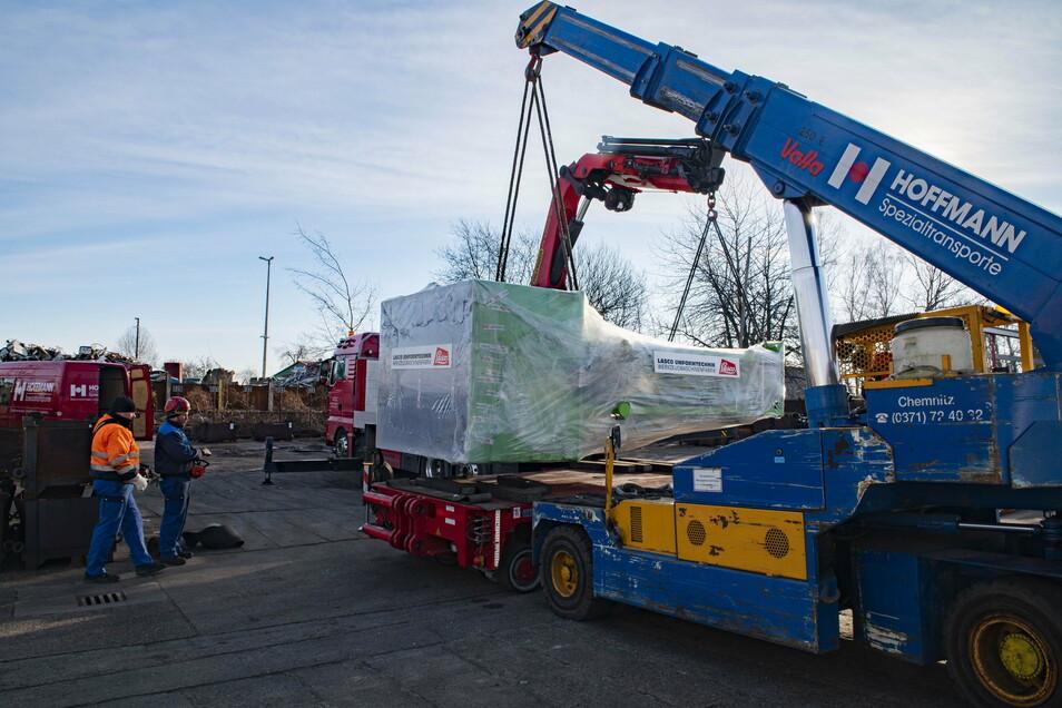 22 Tonnen Leergewicht hat der neue Pressroboter, der am Montag aus Coburg an die Großenhainer Gesenk - und Freiformschmiede ausgeliefert wurde.