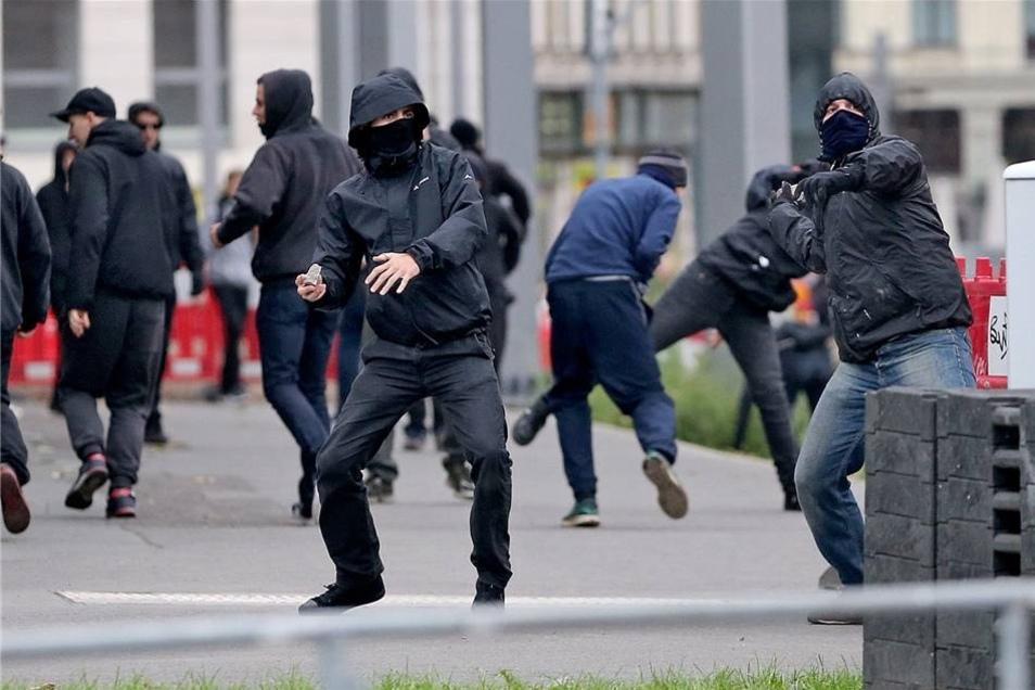 Gegendemonstranten werfen Steine auf Polizisten.