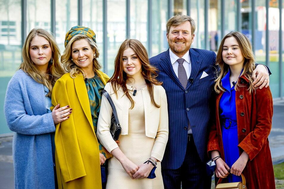 König Willem-Alexander der Niederlande und Königin Maxima stehen mit ihren Töchtern Prinzessin Ariane (r), Prinzessin Alexia (M) und Prinzessin Amalia (l).