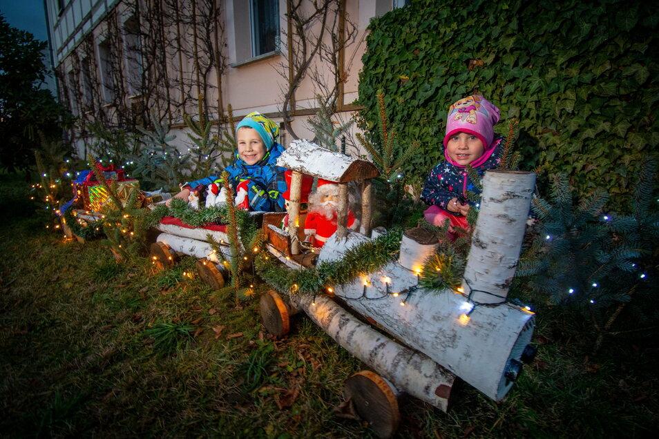 Für die Kinder in Saalbach ist der Geschenke-Zug eine Attraktion. Er steht im Vorgarten von Horst Junghanns, der Lokomotive und zwei Hänger gebaut hat.