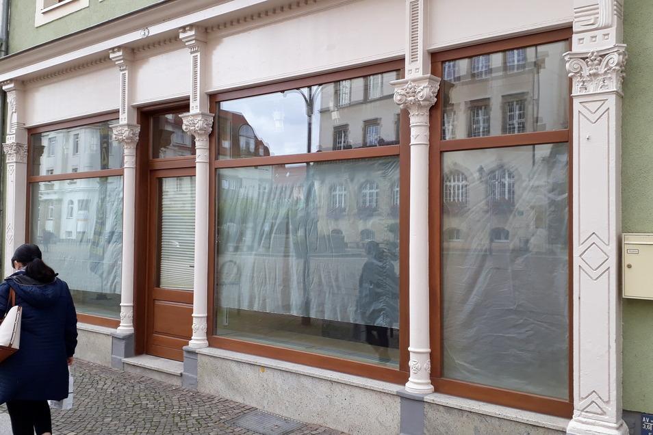 Die Schaufenster im künftigen Karls-Laden am Döbelner Obermarkt sind noch verhangen. Aber in fünf Wochen soll hier Eröffnung sein.
