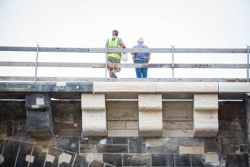 Geschafft: Diese Woche wurden die ersten Gesimssteine über den Konsolen auf dem zweiten Bogen der Augustusbrücke neben dem Terrassenufer eingebaut.