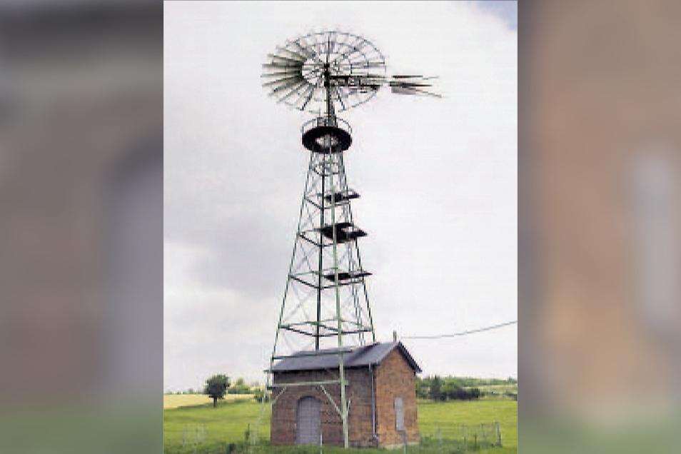 So sah die historische Windkraftanlage im Sommer 2008 nach einer gründlichen Wartung aus. Später musste das Rad abgenommen werden.