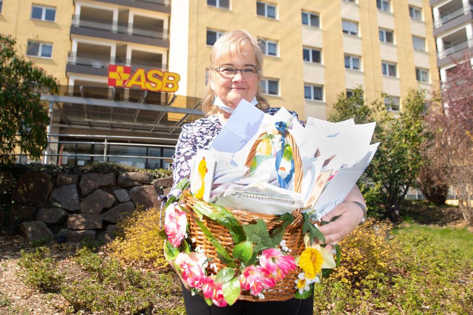 Heim-Sekretärin Antje Ackermann nahm die bunte Osterpost entgegen.