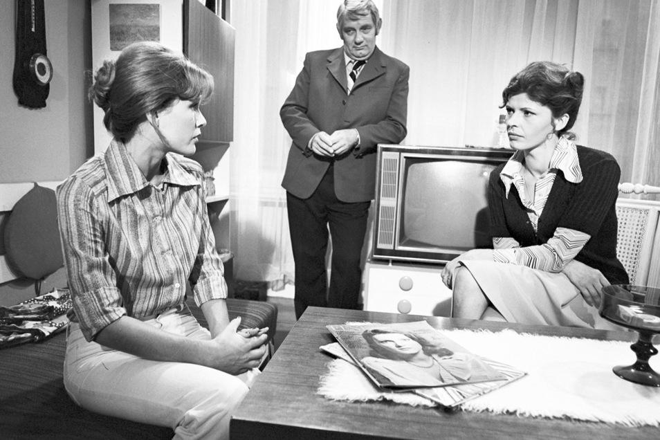 """Szene aus einem """"Polizeiruf 110"""" von 1977 mit Monika Woytowicz (v.l.) , Peter Borgelt) und Sigrid Göhler."""