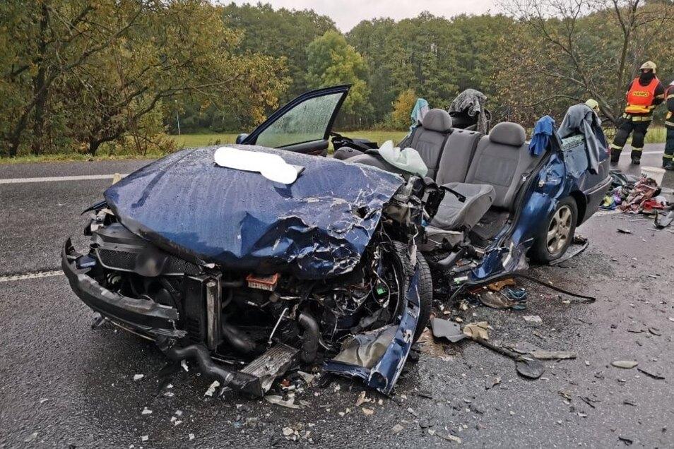 Das Auto musste die Feuerwehr aufschneiden, um vier Personen daraus zu befreien.